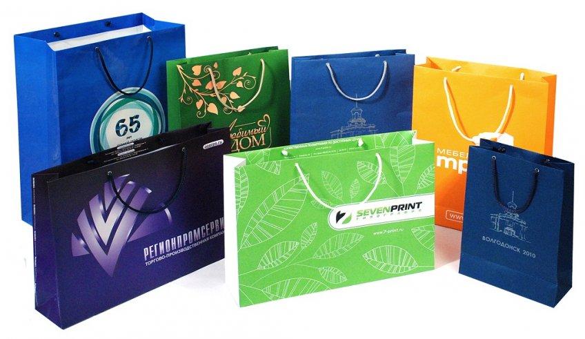 пакет с логотипом от компании